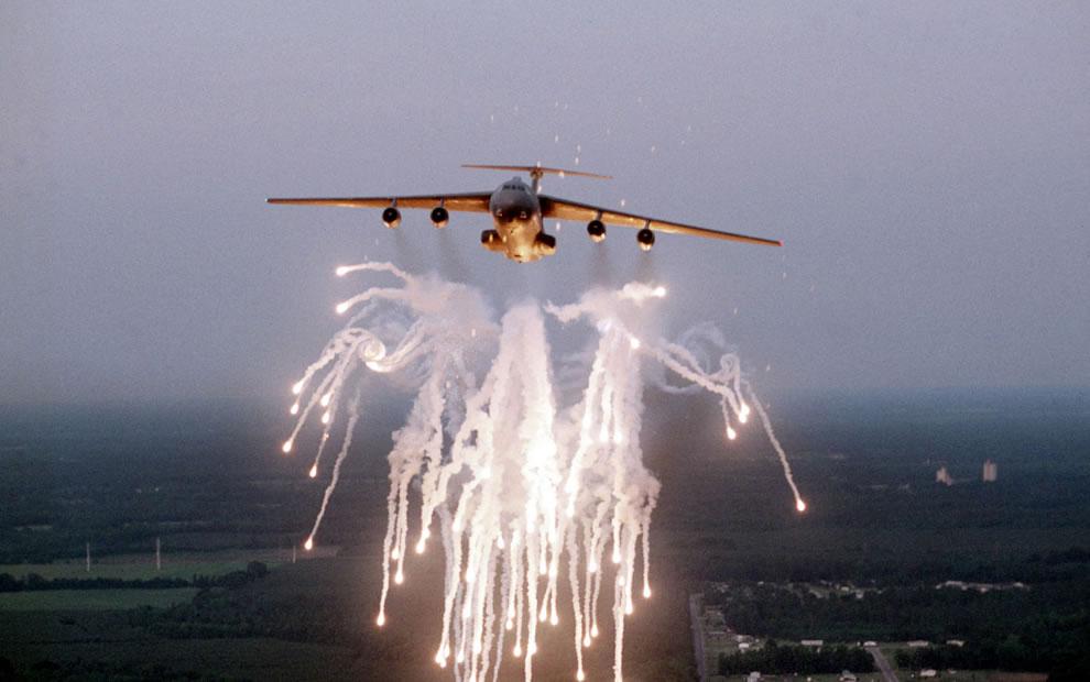 USAF-C-141B-Starlifter-Fireworks-display