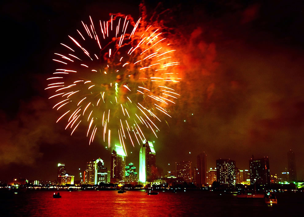 Fireworks-light-up-the-San-Diego-skyline-during-a-4th-of-July-celebration