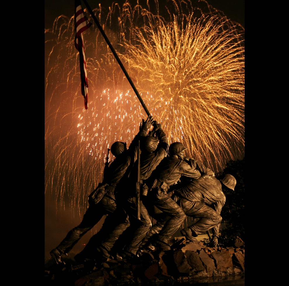 grand-finale-of-Washingtons-Independence-Day-fireworks-display-goes-out-with-a-bang-over-the-Marine-Corps-War-Memorial-July-4